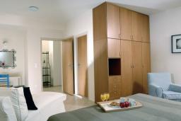 Спальня. Греция, Милатос : Современная вилла с бассейном и двориком с барбекю, 3 спальни, 3 ванные комнаты, парковка, Wi-Fi