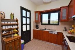 Кухня. Греция, Киссамос Кастели : Прекрасная вилла с бассейном и зеленым двориком, 4 спальни, 2 ванные комнаты, барбекю, парковка, Wi-Fi