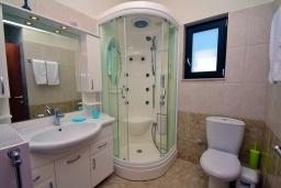 Ванная комната. Греция, Киссамос Кастели : Прекрасная вилла с бассейном и зеленым двориком, 4 спальни, 2 ванные комнаты, барбекю, парковка, Wi-Fi