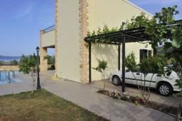 Фасад дома. Греция, Киссамос Кастели : Прекрасная вилла с бассейном и зеленым двориком, 4 спальни, 2 ванные комнаты, барбекю, парковка, Wi-Fi