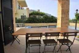Терраса. Греция, Киссамос Кастели : Прекрасная вилла с бассейном и зеленым двориком, 4 спальни, 2 ванные комнаты, барбекю, парковка, Wi-Fi