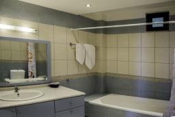 Ванная комната. Греция, Айя Пелагия : Роскошная вилла с бассейном и видом на море, 3 спальни, 2 ванные комнаты, барбекю, парковка, Wi-Fi