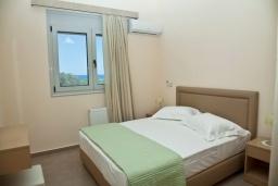 Спальня. Греция, Аделе : Современная вилла с бассейном и видом на море, 3 спальни, 2 ванные комнаты, барбекю, парковка, Wi-Fi