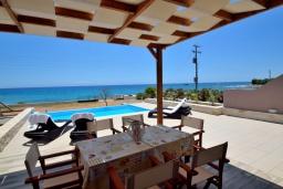 Патио. Греция, Плакиас : Современная пляжная вилла с бассейном и видом на море, 3 спальни, 2 ванные комнаты, парковка, Wi-Fi