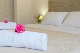 Спальня 2. Греция, Плакиас : Современная пляжная вилла с бассейном и видом на море, 3 спальни, 2 ванные комнаты, парковка, Wi-Fi