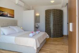 Спальня. Греция, Плакиас : Современная пляжная вилла с бассейном и видом на море, 3 спальни, 2 ванные комнаты, парковка, Wi-Fi
