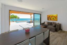 Гостиная. Греция, Плакиас : Современная пляжная вилла с бассейном и видом на море, 3 спальни, 2 ванные комнаты, парковка, Wi-Fi
