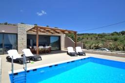 Бассейн. Греция, Плакиас : Современная пляжная вилла с бассейном и видом на море, 3 спальни, 2 ванные комнаты, парковка, Wi-Fi
