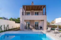 Фасад дома. Греция, Аделе : Современная вилла с бассейном и зеленым двориком с барбекю, 2 спальни, 2 ванные комнаты, парковка, Wi-Fi