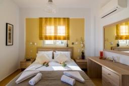 Спальня. Греция, Аделе : Современная вилла с бассейном и зеленым двориком с барбекю, 2 спальни, 2 ванные комнаты, парковка, Wi-Fi