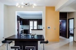 Кухня. Греция, Скалета : Современная и элегантная вилла с 5-ю спальнями, с бассейном, зелёным двориком, тенистой террасой с патио, барбекю, расположена всего в 70 метрах от пляжа