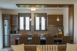 Кухня. Греция, Панормо : Новая современная вилла с бассейном и зеленым двориком с барбекю, 3 спальни, 3 ванные комнаты, тренажерный зал, настольный теннис, парковка, Wi-Fi