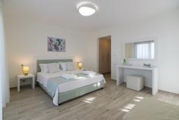 Спальня. Греция, Панормо : Новая современная вилла с бассейном и зеленым двориком с барбекю, 3 спальни, 3 ванные комнаты, тренажерный зал, настольный теннис, парковка, Wi-Fi