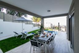 Терраса. Греция, Панормо : Новая современная вилла с бассейном и зеленым двориком с барбекю, 3 спальни, 3 ванные комнаты, тренажерный зал, настольный теннис, парковка, Wi-Fi