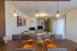 Гостиная. Греция, Панормо : Новая современная вилла с бассейном и зеленым двориком с барбекю, 3 спальни, 3 ванные комнаты, тренажерный зал, настольный теннис, парковка, Wi-Fi