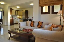 Гостиная. Греция, Иерапетра : Шикарная вилла с бассейном и двориком с барбекю, 4 спальни, 3 ванные комнаты, парковка, настольный теннис, Wi-Fi