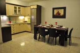 Кухня. Греция, Иерапетра : Шикарная вилла с бассейном и двориком с барбекю, 4 спальни, 3 ванные комнаты, парковка, настольный теннис, Wi-Fi