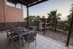 Терраса. Греция, Иерапетра : Шикарная вилла с бассейном и двориком с барбекю, 4 спальни, 3 ванные комнаты, парковка, Wi-Fi