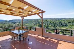 Терраса. Греция, Аделе : Роскошная вилла с большим бассейном и двориком с барбекю, 4 спальни, 3 ванные комнаты, парковка, Wi-Fi