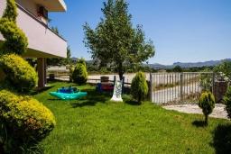 Территория. Греция, Плакиас : Роскошная вилла с большим бассейном и зеленым двориком с барбекю, 4 спальни, 4 ванные комнаты, парковка, Wi-Fi
