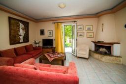 Гостиная. Греция, Плакиас : Роскошная вилла с большим бассейном и зеленым двориком с барбекю, 4 спальни, 4 ванные комнаты, парковка, Wi-Fi