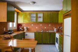Кухня. Греция, Плакиас : Роскошная вилла с большим бассейном и зеленым двориком с барбекю, 4 спальни, 4 ванные комнаты, парковка, Wi-Fi