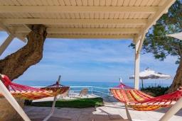 Терраса. Греция, Ретимно : Шикарная пляжная вилла с бассейном и зеленой территорией, 4 спальни, 3 ванные комнаты, барбекю, патио, парковка, Wi-Fi