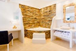 Ванная комната. Греция, Коккини Хани : Роскошная современная вилла с большим бассейном и зеленым двориком, 6 спален, 6 ванных комнат, патио, барбекю, джакузи, парковка, Wi-Fi