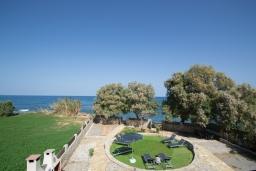 Территория. Греция, Скалета : Прекрасная пляжная вилла с зеленым двориком и барбекю, 2 гостиные с кухнями, 4 спальни, 2 ванные комнаты, парковка, Wi-Fi