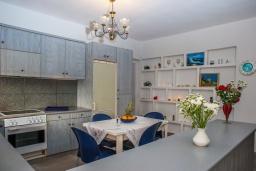 Кухня. Греция, Скалета : Прекрасная пляжная вилла с зеленым двориком и барбекю, 2 гостиные с кухнями, 4 спальни, 2 ванные комнаты, парковка, Wi-Fi