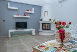 Гостиная. Греция, Скалета : Прекрасная пляжная вилла с зеленым двориком и барбекю, 2 гостиные с кухнями, 4 спальни, 2 ванные комнаты, парковка, Wi-Fi