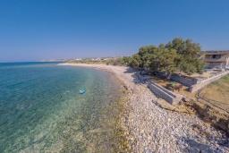 Ближайший пляж. Греция, Скалета : Прекрасная пляжная вилла с зеленым двориком и барбекю, 2 гостиные с кухнями, 4 спальни, 2 ванные комнаты, парковка, Wi-Fi
