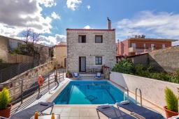 Фасад дома. Греция, Скалета : Роскошная вилла с бассейном и двориком, 6 спален, 4 ванные комнаты, патио, барбекю, парковка, Wi-Fi