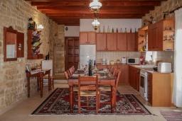 Кухня. Греция, Скалета : Роскошная вилла с бассейном и двориком, 6 спален, 4 ванные комнаты, патио, барбекю, парковка, Wi-Fi