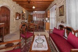 Гостиная. Греция, Скалета : Роскошная вилла с бассейном и двориком, 6 спален, 4 ванные комнаты, патио, барбекю, парковка, Wi-Fi