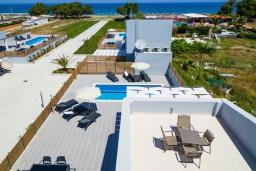 Территория. Греция, Ретимно : Новая современная вилла с бассейном и двориком, 100 метров до пляжа, 3 спальни, 3 ванные комнаты, настольный теннис, барбекю, парковка, Wi-Fi