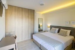 Спальня. Греция, Ретимно : Новая современная вилла с бассейном и двориком, 100 метров до пляжа, 3 спальни, 3 ванные комнаты, настольный теннис, барбекю, парковка, Wi-Fi