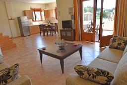 Гостиная. Греция, Панормо : Прекрасная вилла с бассейном в 100 метрах от пляжа, 3 спальни, 2 ванные комнаты, барбекю, парковка, Wi-Fi