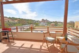 Балкон. Греция, Панормо : Прекрасная вилла с бассейном в 100 метрах от пляжа, 3 спальни, 2 ванные комнаты, барбекю, парковка, Wi-Fi