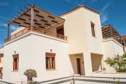 Фасад дома. Греция, Панормо : Прекрасная вилла с бассейном в 100 метрах от пляжа, 3 спальни, 2 ванные комнаты, барбекю, парковка, Wi-Fi