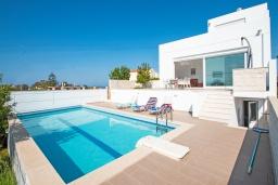 Фасад дома. Греция, Георгиуполис : Современная вилла с бассейном и двориком с барбекю, 3 спальни, 3 ванные комнаты, парковка, Wi-Fi