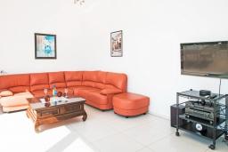 Гостиная. Греция, Георгиуполис : Современная вилла с бассейном и двориком с барбекю, 3 спальни, 3 ванные комнаты, парковка, Wi-Fi
