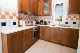 Кухня. Греция, Георгиуполис : Современная вилла с бассейном и двориком с барбекю, 3 спальни, 3 ванные комнаты, парковка, Wi-Fi