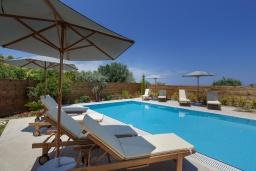 Бассейн. Греция, Ретимно : Роскошная вилла с большим бассейном и зеленым садом с барбекю, 5 спален, 5 ванных комнат, парковка, Wi-Fi