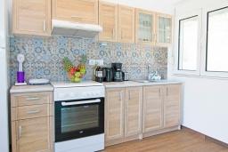 Кухня. Греция, Аделе : Современная вилла с бассейном и двориком с патио и барбекю, 2 спальни, 2 ванные комнаты, парковка, Wi-Fi