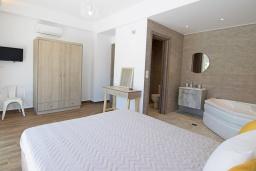 Спальня. Греция, Аделе : Современная вилла с бассейном и двориком с патио и барбекю, 2 спальни, 2 ванные комнаты, парковка, Wi-Fi