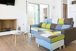 Гостиная. Греция, Аделе : Современная вилла с бассейном и двориком с патио и барбекю, 2 спальни, 2 ванные комнаты, парковка, Wi-Fi