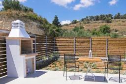 Терраса. Греция, Аделе : Современная вилла с бассейном и двориком с патио и барбекю, 2 спальни, 2 ванные комнаты, парковка, Wi-Fi