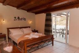 Спальня. Греция, Панормо : Улучшенный апартамент в 50 метрах от пляжа, с гостиной, отдельной спальней и большим балконом с видом на море