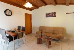 Гостиная. Греция, Панормо : Улучшенный апартамент в 50 метрах от пляжа, с гостиной, отдельной спальней и большим балконом с видом на море